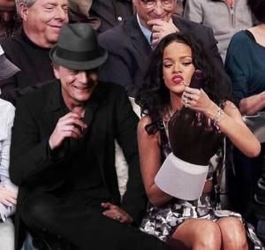 2014 05 Rihanna-Uses-Giant-Foam-Finger-to-Entertain-Old-White-Men-1-Kopie-2